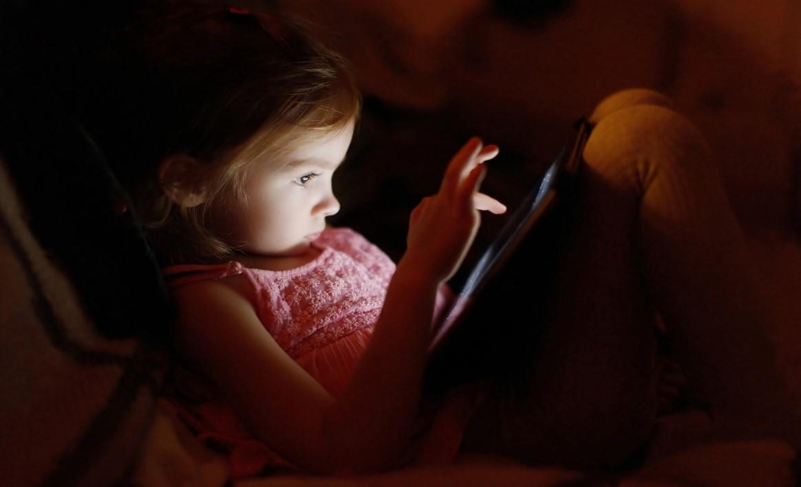 Πώς η χρήση των social media πριν τον ύπνο συνδέεται με διαταραχές ύπνου, άγχους και κατάθλιψης.