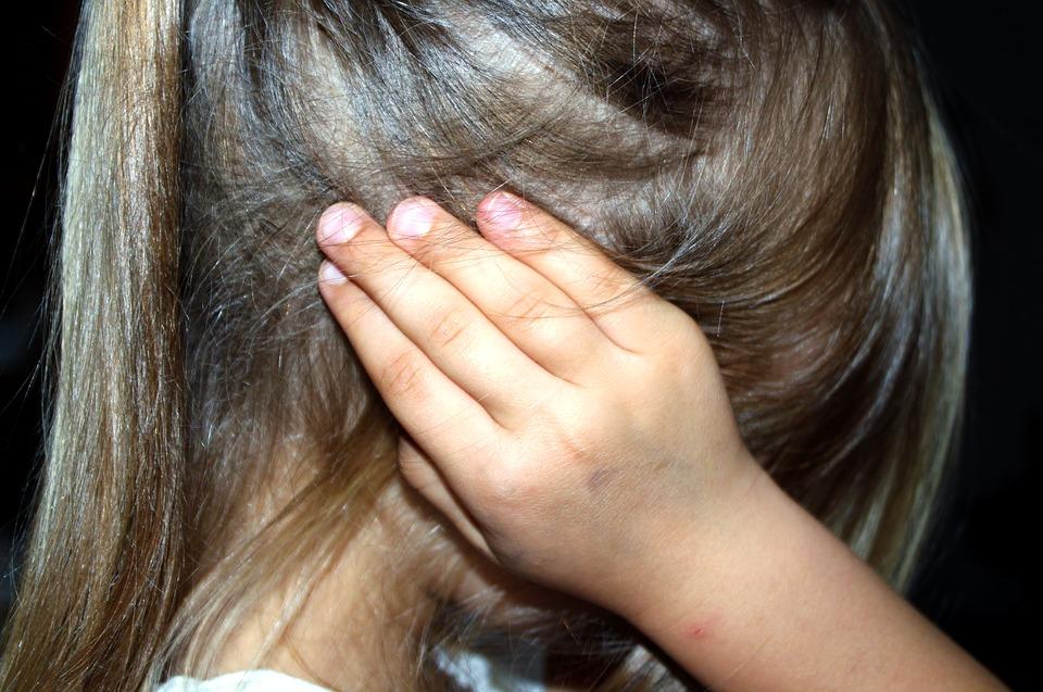 Όταν οι λέξεις πληγώνουν το ίδιο με το ξύλο: 3 πράγματα που πρέπει να ξέρετε για την παιδική κακοποίηση