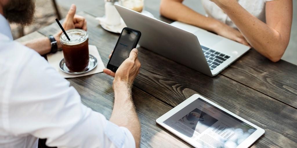 Όταν οι λέξεις χάνουν την αξία τους : Η μετάβαση από την προσωπική επαφή στο απρόσωπο texting