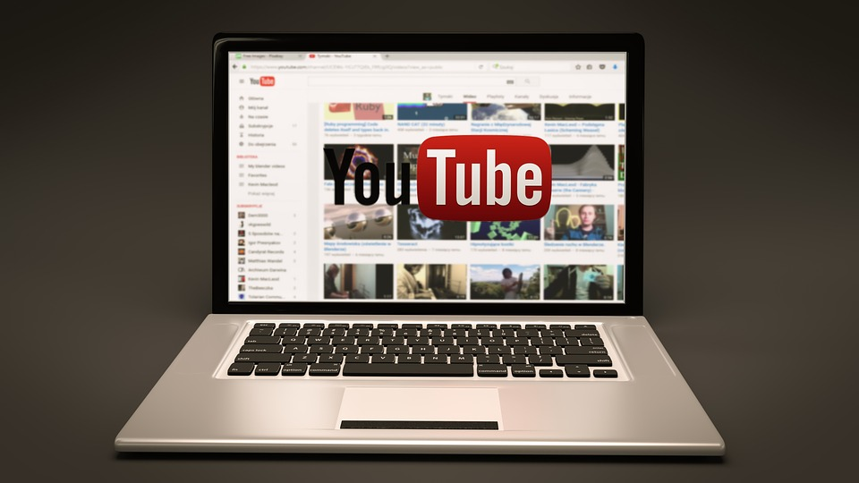 Θύελλα αντιδράσεων για τον τρόπο που χειρίζεται το YouTube την ανάρτηση ομοφοβικών βίντεο