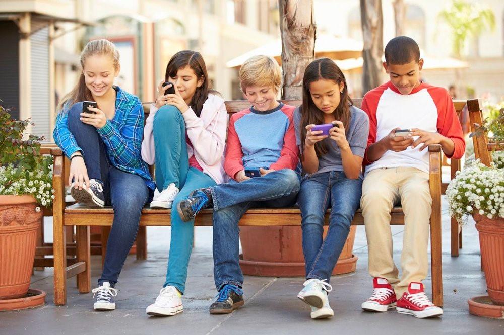 Το να δίνετε στο παιδί σας σε ένα smartphone είναι σαν να του δίνετε ένα γραμμάριο κοκαΐνης, λένε κορυφαίοι εμπειρογνώμονες