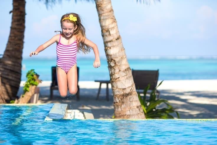 Προσοχή στα παιδιά μας! Ποτέ με τηλέφωνο στην πισίνα
