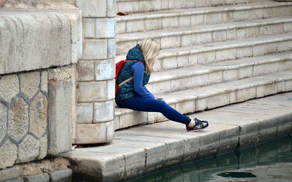 Τι επηρεάζει τελικά το συναίσθημά σου; Πώς η ίδια σου η συμπεριφορά σε εγκλωβίζει