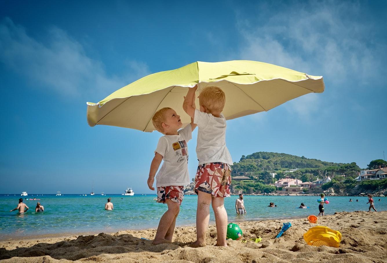 Απίστευτη εικόνα: Δυο παιδιά να παίζουν και να τραγουδούν!