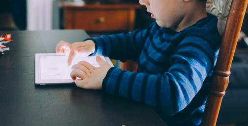 Γονείς που διαβάζουν με το παιδί τους μέσω tablet καταλήγουν να έχουν λιγότερη αλληλεπίδραση μαζί του