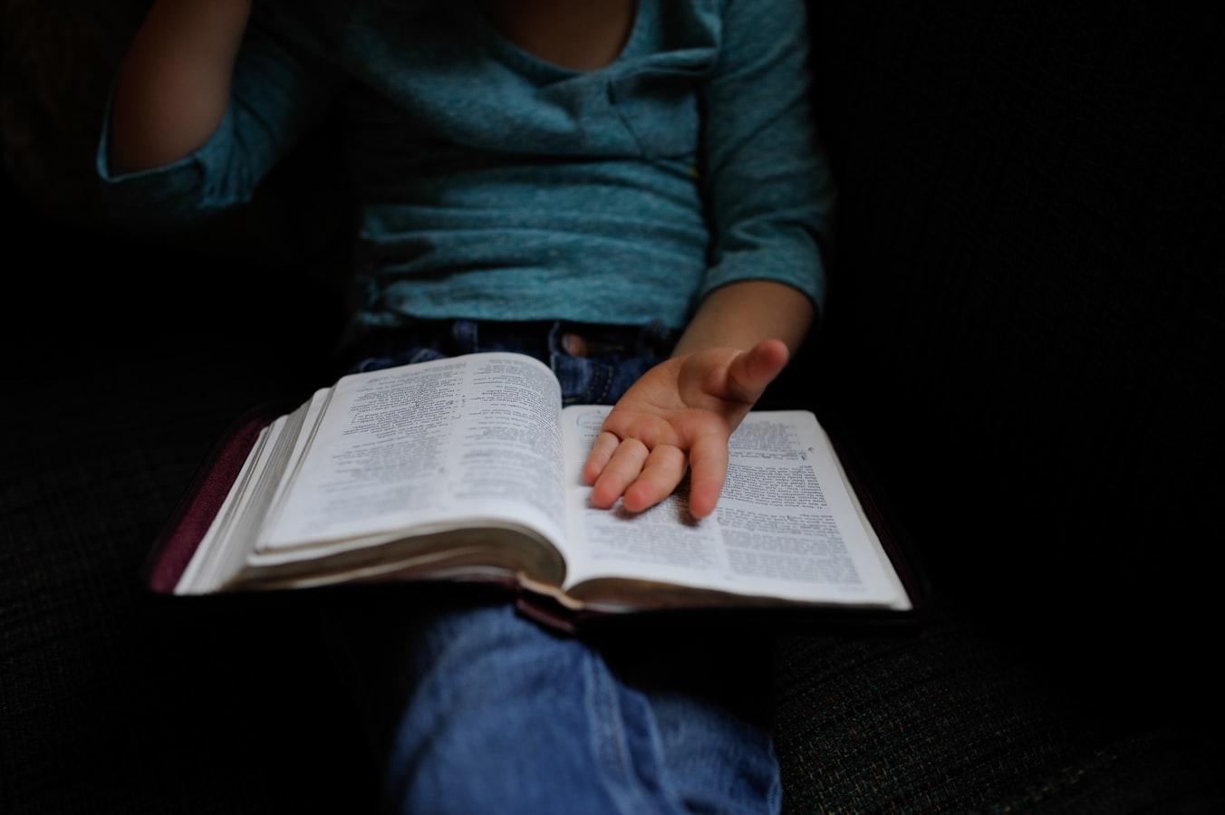 Πώς να βοηθήσω το παιδί μου να είναι συνεπές με τις υποχρεώσεις του και το διάβασμα