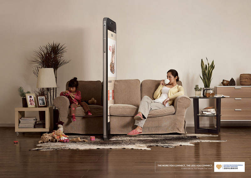 «Τηλεφωνικό Τείχος»: Πώς τα κινητά τηλέφωνα αποξενώνουν την οικογένεια