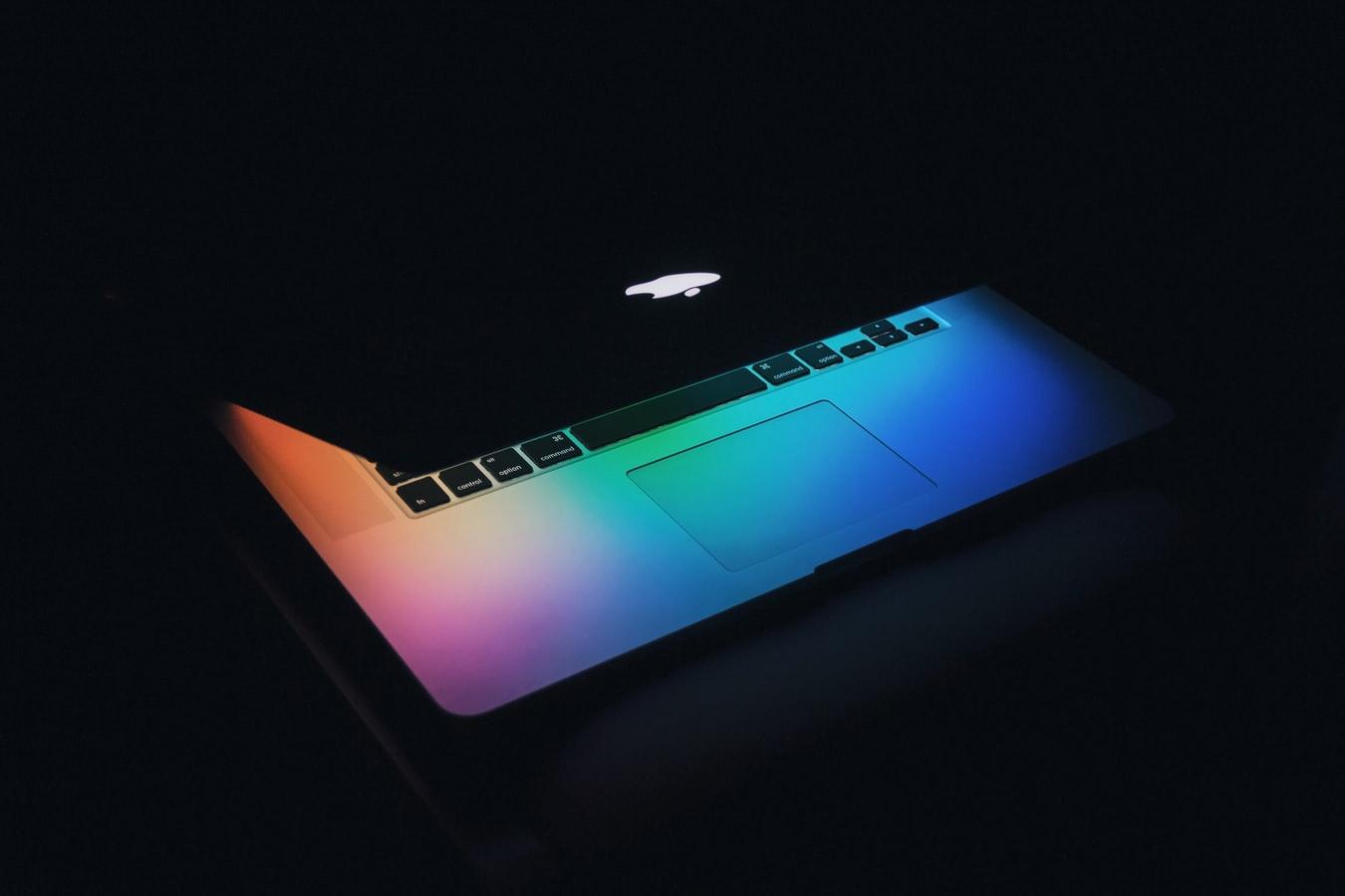 Apple: «Μην καλύπτετε την κάμερα των MacBook, MacBook Air, και MacBook Pro σας»